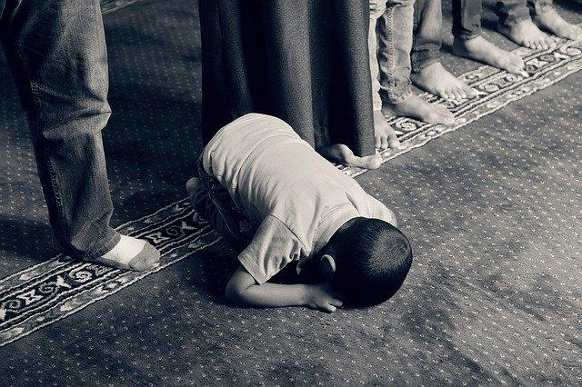child praying salah